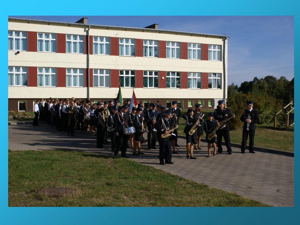 Opis sztandaru Sztandar szkoły ma wymiary 110 cm na 100 cm i obszyty jest złotymi frędzlami o długości 4 cm.