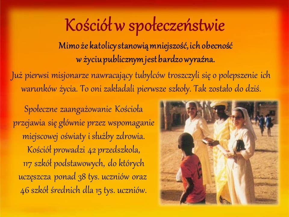 Kościół w społeczeństwie Społeczne zaangażowanie Kościoła przejawia się głównie przez wspomaganie miejscowej oświaty i służby zdrowia. Kościół prowadz