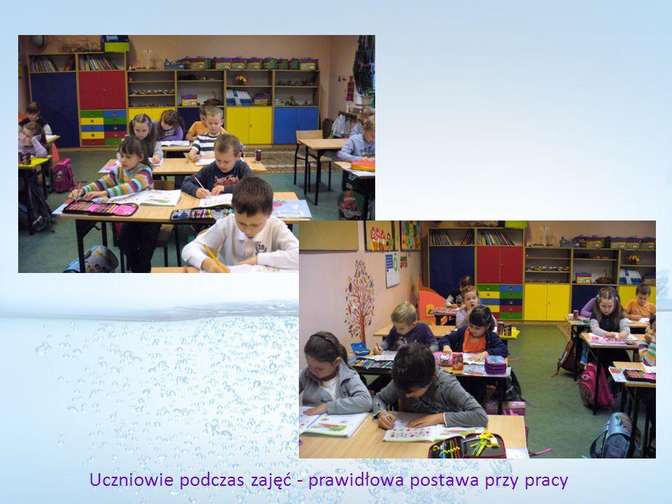 Uczniowie podczas zajęć - prawidłowa postawa przy pracy
