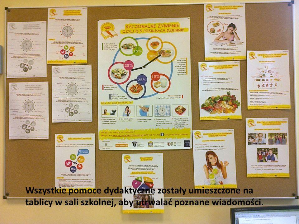 Wszystkie pomoce dydaktyczne zostały umieszczone na tablicy w sali szkolnej, aby utrwalać poznane wiadomości.