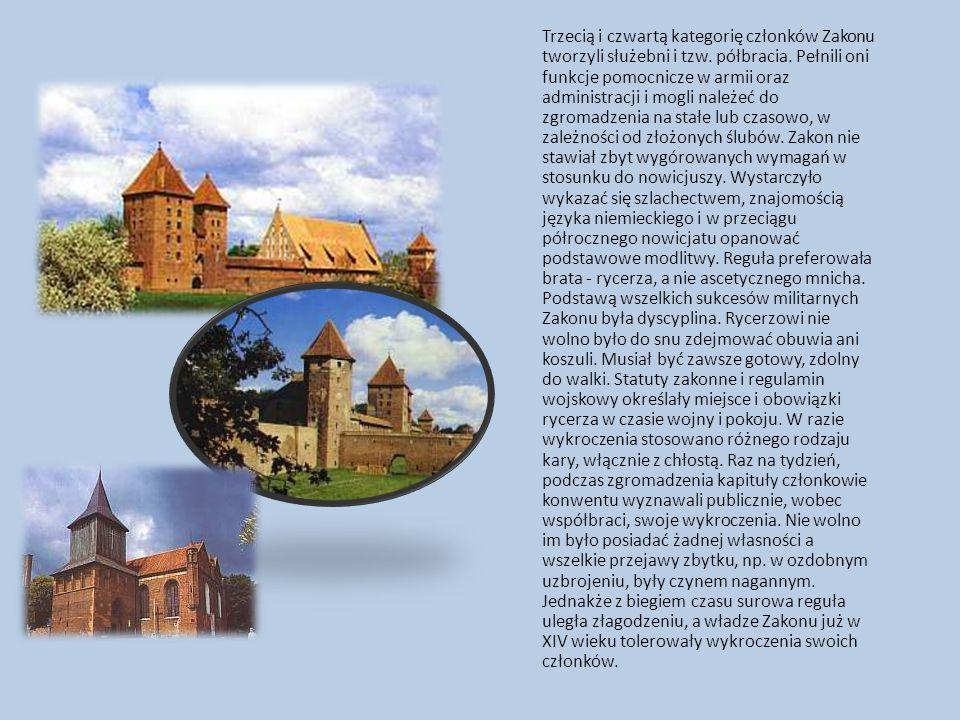 W ciąg umocnień obronnych zapewne najpierw drewniano-ziemnych a od XIV wieku murowanych, wkomponowano (od strony wschodniej) szereg trójściennych (otwartych od wnętrza miasta) baszt i cztery bramy.