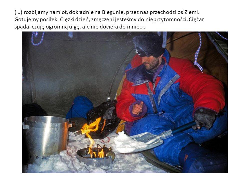 (…) rozbijamy namiot, dokładnie na Biegunie, przez nas przechodzi oś Ziemi.