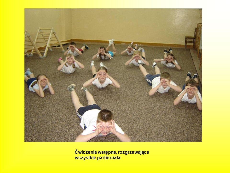 Leżąc na wózku precyzyjne odpychanie się rękami do przodu- pokonywanie przeszkody