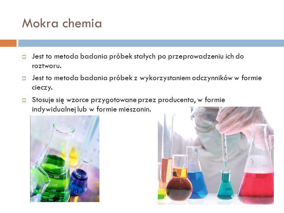 Mokra chemia Jest to metoda badania próbek stałych po przeprowadzeniu ich do roztworu. Jest to metoda badania próbek z wykorzystaniem odczynników w fo