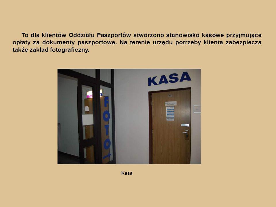 Kasa To dla klientów Oddziału Paszportów stworzono stanowisko kasowe przyjmujące opłaty za dokumenty paszportowe.