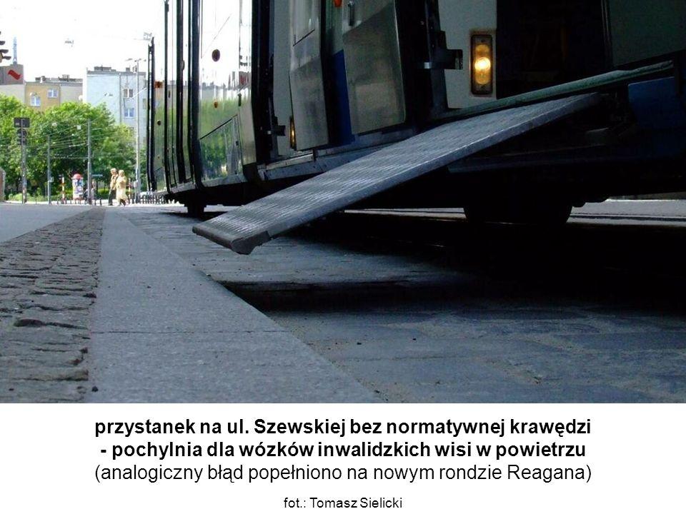przystanek na ul. Szewskiej bez normatywnej krawędzi - pochylnia dla wózków inwalidzkich wisi w powietrzu (analogiczny błąd popełniono na nowym rondzi
