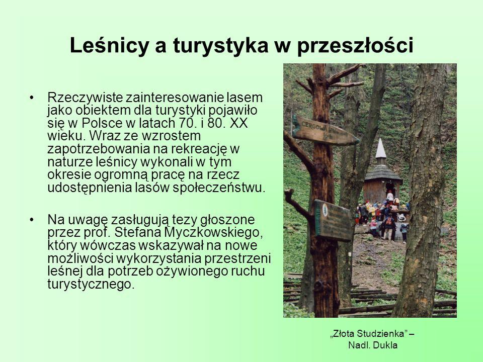 Leśna baza turystyczna Wg Leśnego Przewodnika Turystycznego LP dysponują potężną bazą turystyczną: ośrodki szkoleniowo- wypoczynkowe (44/2750 miejsc noclegowych), kwatery łowieckie (96/1000), pokoje gościnne (103/688), Razem 4400 łóżek (ośrodki edukacji ekologicznej (85), ścieżki dydaktyczne (428), miejsca na ognisko (89), miejsca biwakowania (293) parkingu leśne (85).