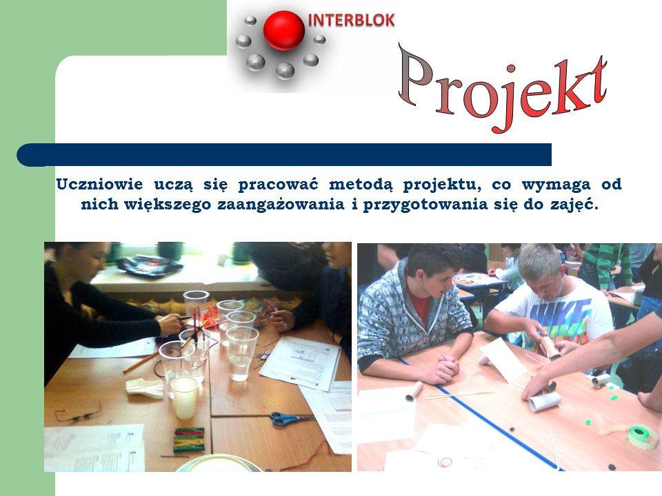 Uczniowie uczą się pracować metodą projektu, co wymaga od nich większego zaangażowania i przygotowania się do zajęć.