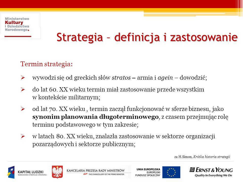 Strategia – definicja i zastosowanie Robocza definicja strategii: strategia – wyznacza cele danej organizacji lub podmiotu, przewidziane do osiągnięcia w określonym czasie, wskazuje sposób realizacji zadań (wraz z ich priorytetyzacją i określeniem grup docelowych) oraz przedstawia zakładane efekty jej wdrażania; wraz ze standaryzacją narzędzi i analiz strategicznych skróceniu ulegał horyzont czasowy, mocniejszy akcent położony został na umiejętność aktualizacji strategii i jej elastycznego dostosowania do zmieniających się warunków otoczenia;
