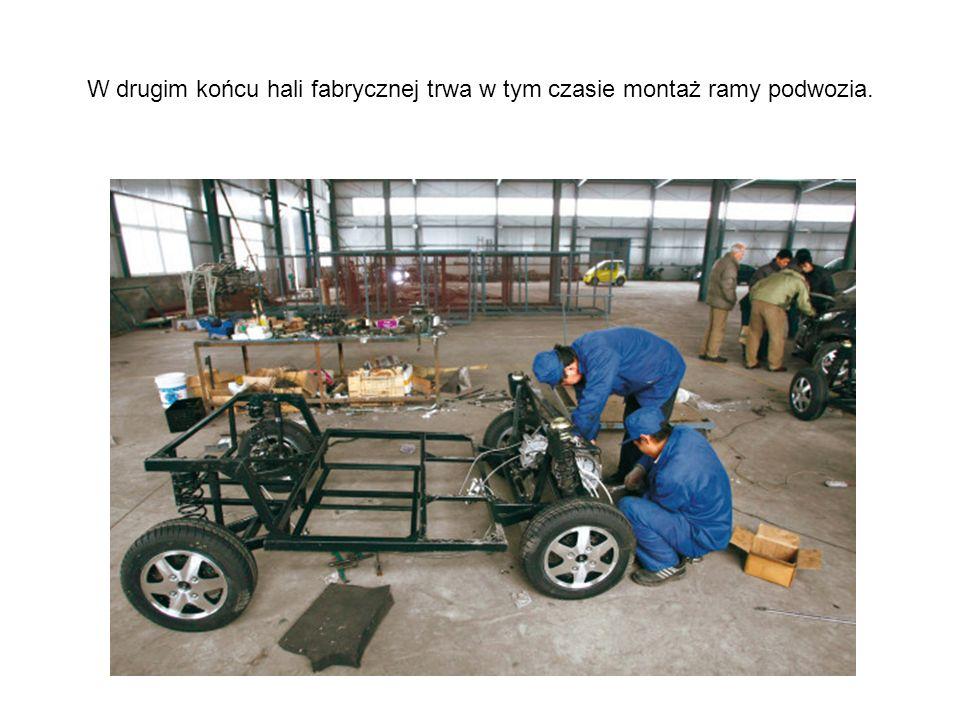 W drugim końcu hali fabrycznej trwa w tym czasie montaż ramy podwozia.