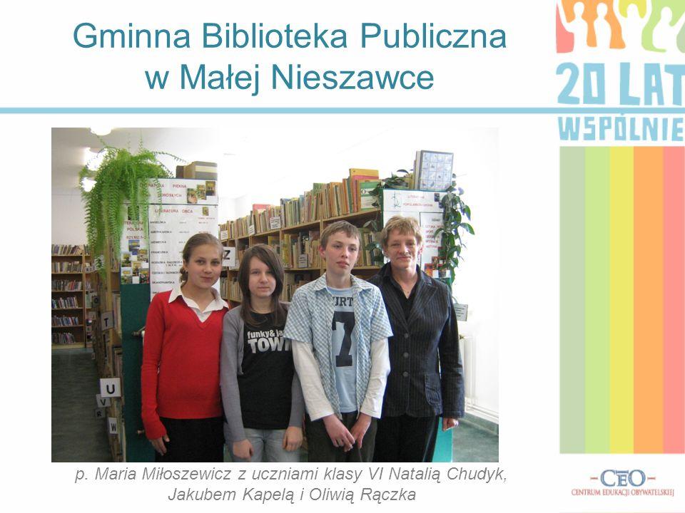 Gminna Biblioteka Publiczna w Małej Nieszawce p. Maria Miłoszewicz z uczniami klasy VI Natalią Chudyk, Jakubem Kapelą i Oliwią Rączka