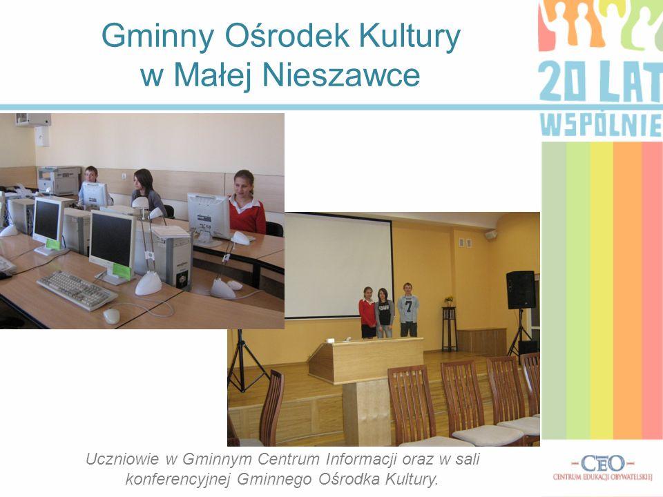 Gminny Ośrodek Kultury w Małej Nieszawce Uczniowie w Gminnym Centrum Informacji oraz w sali konferencyjnej Gminnego Ośrodka Kultury.