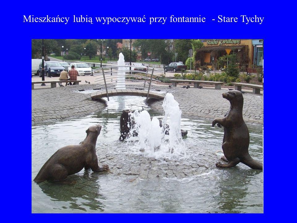 Mieszkańcy lubią wypoczywać przy fontannie - Stare Tychy