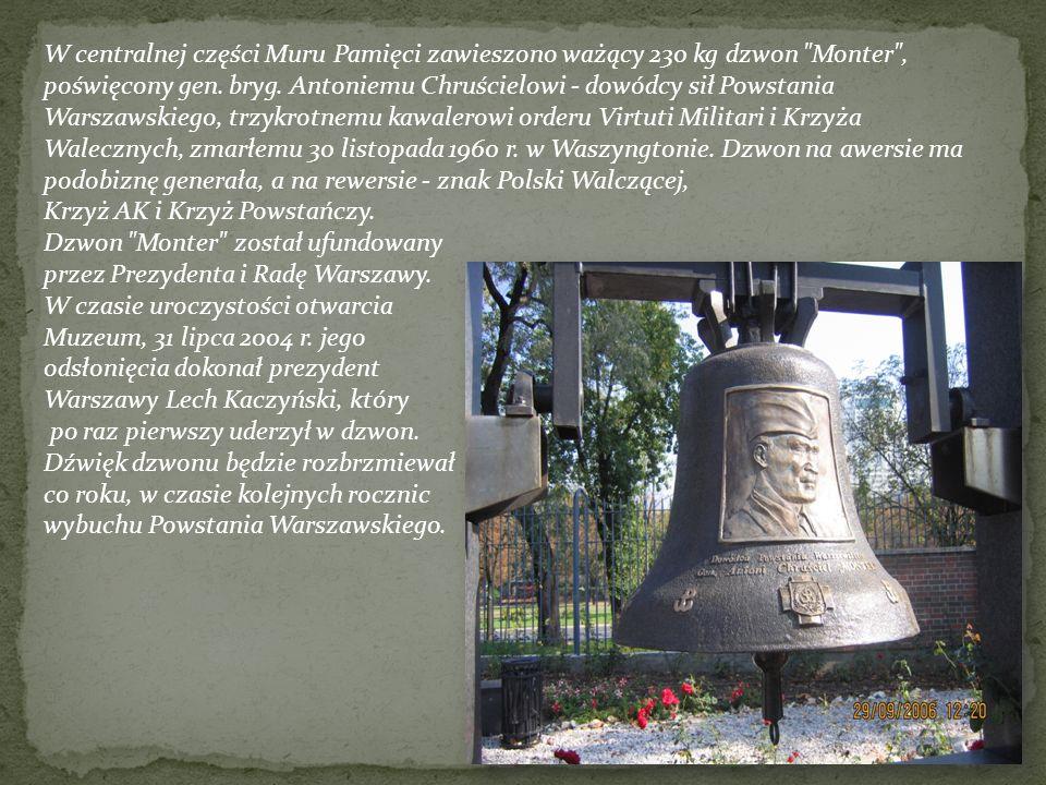 W centralnej części Muru Pamięci zawieszono ważący 230 kg dzwon