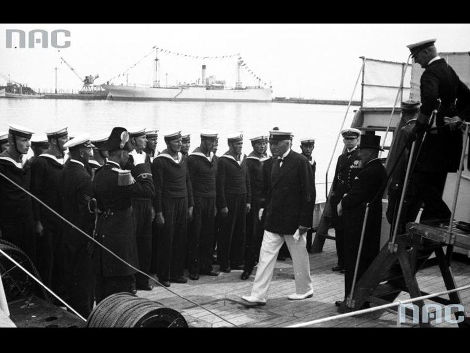Prezydent RP Ignacy Mościcki, kontradmirał Jerzy Świrski i premier Aleksander Prystor na pokładzie okrętu.