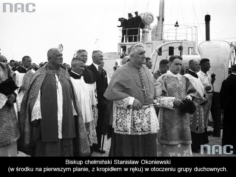 Przedstawiciele władz na pokładzie okrętu w drodze na uroczystości. Marszałek sejmu Kazimierz Świtalski (w głębi, w środku).