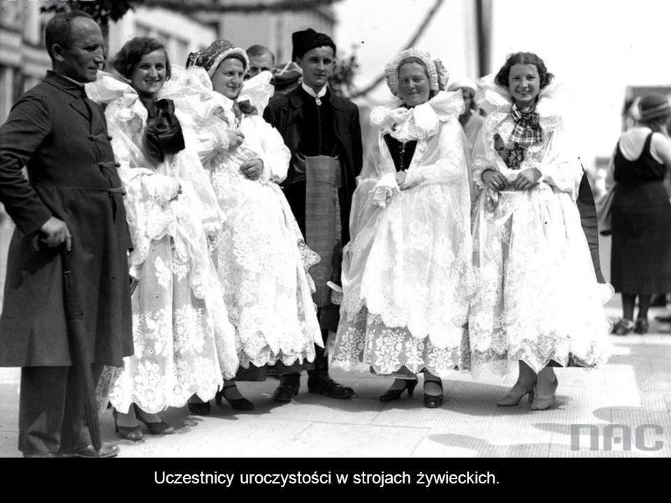 Kobieta w stroju kaszubskim.