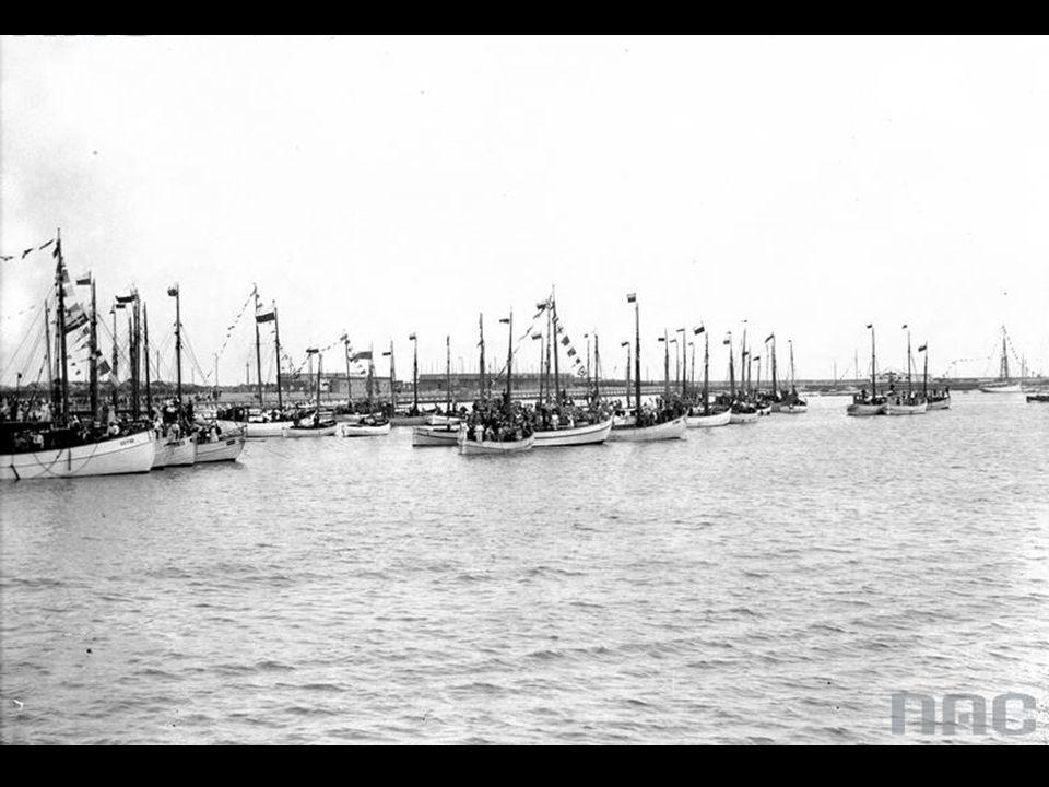 Statki rybackie w gali banderowej, zacumowane w porcie.