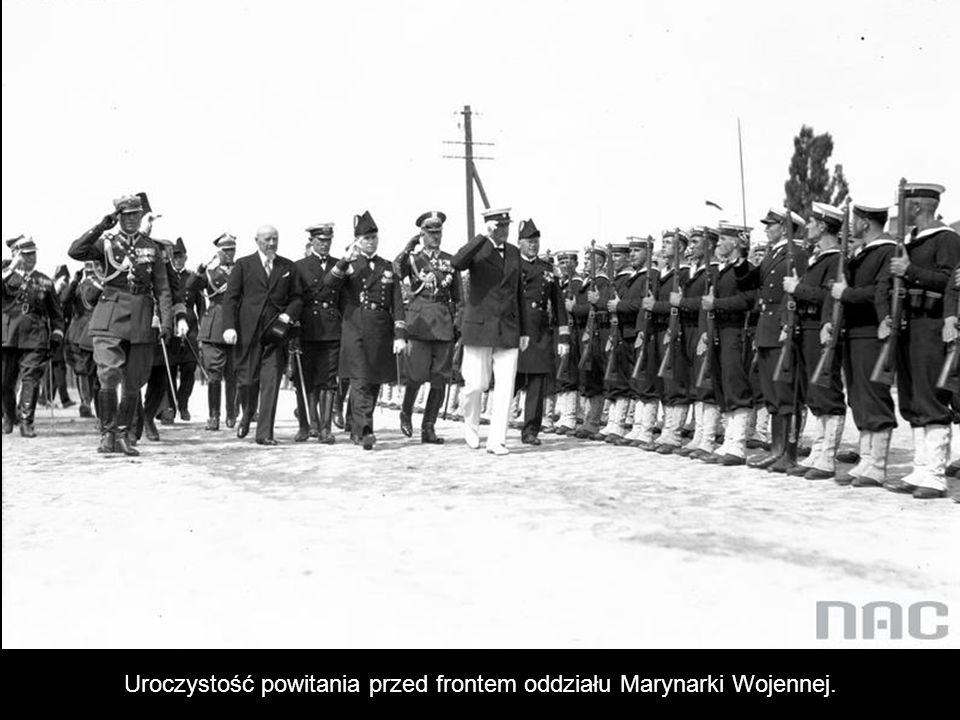 Prezydent RP Ignacy Mościcki (z ręką przy czapce) podczas powitania. Widoczni także m.in.: premier Aleksander Prystor (pierwszy z lewej), szef gabinet