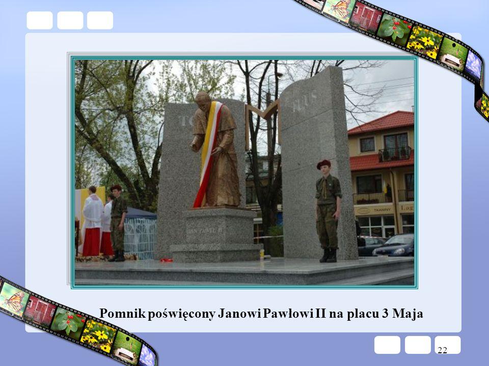 22 Pomnik poświęcony Janowi Pawłowi II na placu 3 Maja
