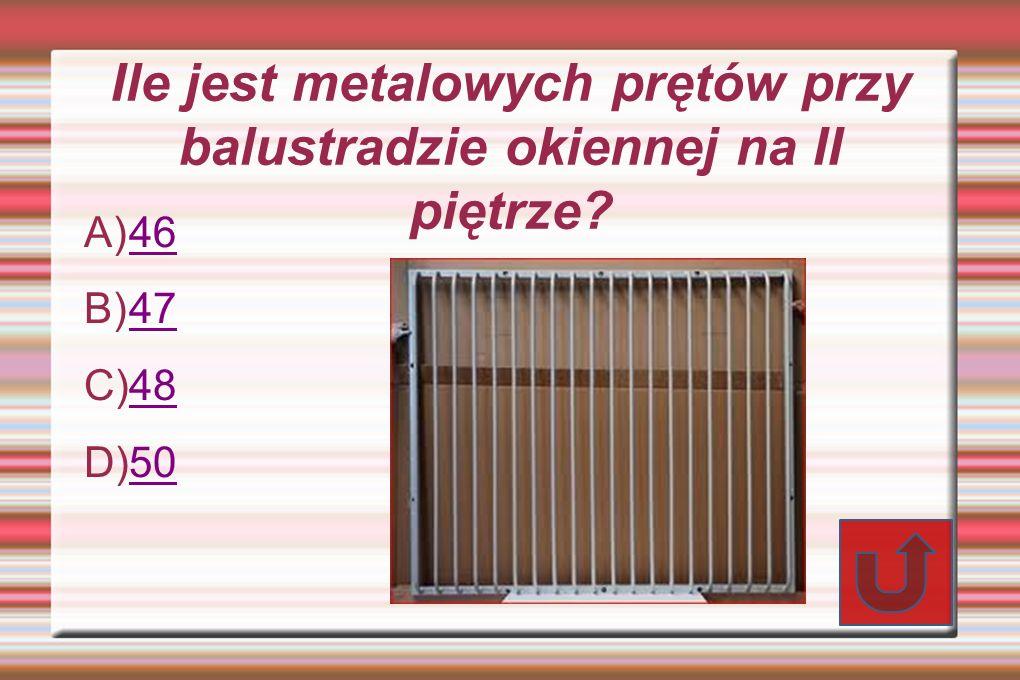 Ile jest metalowych prętów przy balustradzie okiennej na II piętrze.