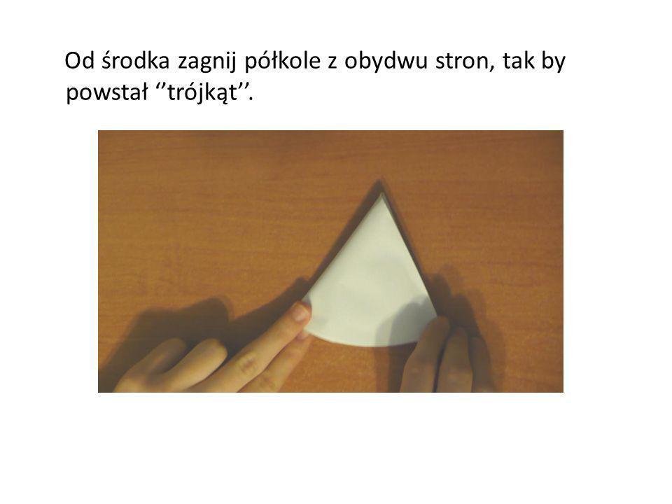 Od środka zagnij półkole z obydwu stron, tak by powstał trójkąt.