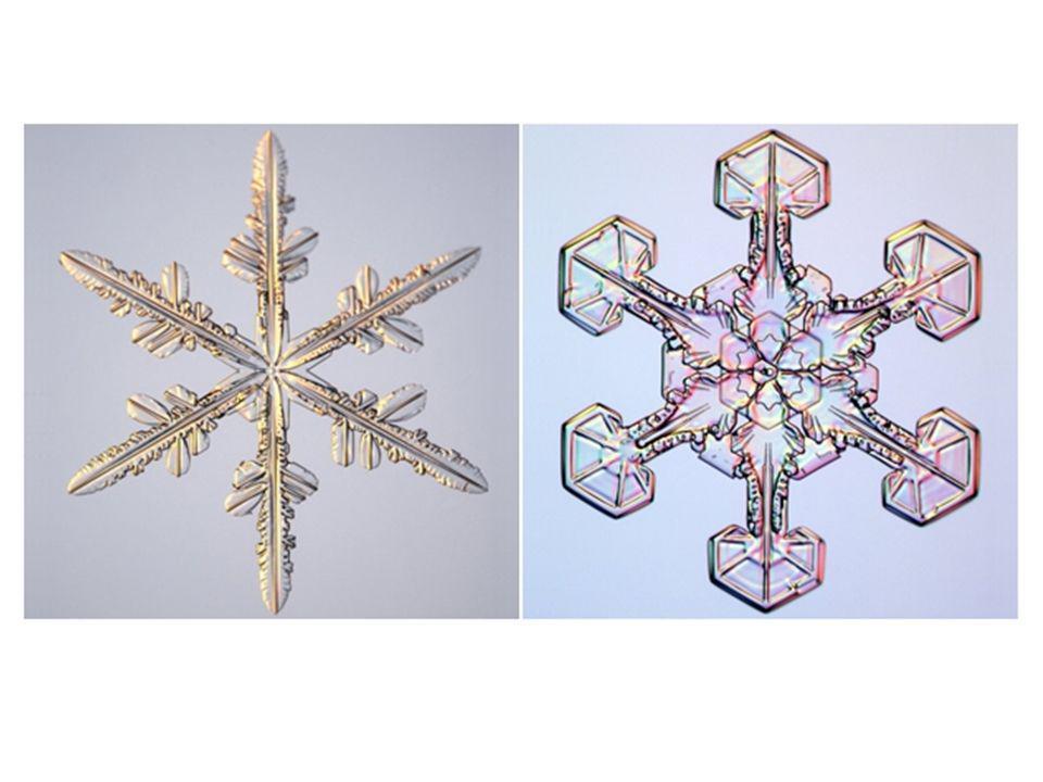 W pojedynczych śniegowych gwiazdkach można zauważyć wyraźne sześć ramion.