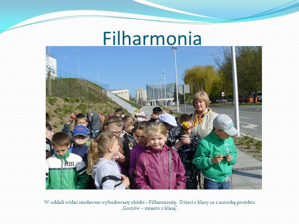 Filharmonia W oddali widać niedawno wybudowany obiekt – Filharmonię. Dzieci z klasy 2a z autorką projektu Gorzów – miasto z klasą.