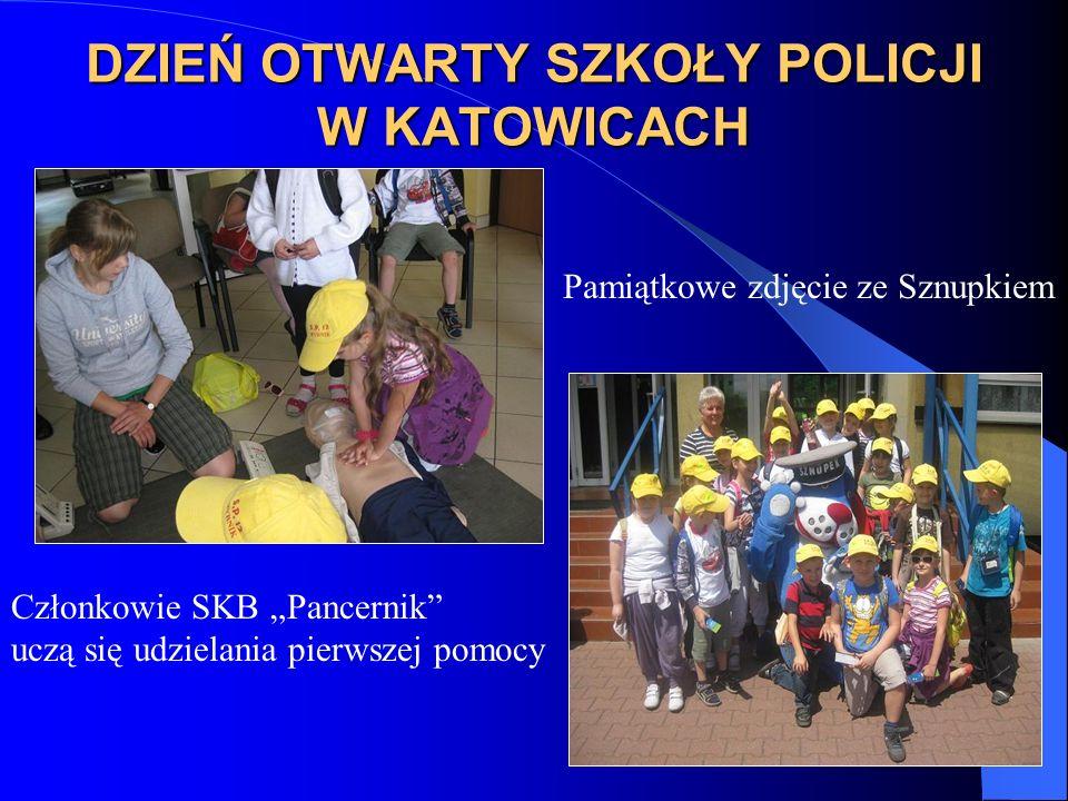 DZIEŃ OTWARTY SZKOŁY POLICJI W KATOWICACH Członkowie SKB Pancernik uczą się udzielania pierwszej pomocy Pamiątkowe zdjęcie ze Sznupkiem