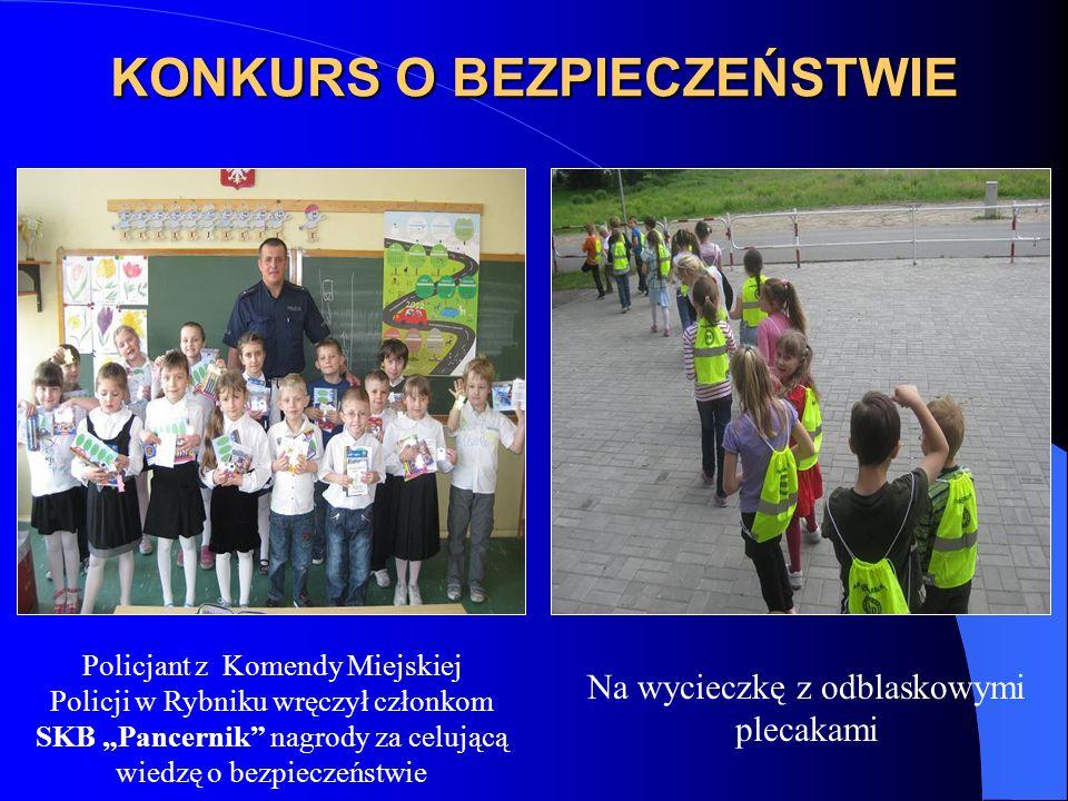 KONKURS O BEZPIECZEŃSTWIE Policjant z Komendy Miejskiej Policji w Rybniku wręczył członkom SKB Pancernik nagrody za celującą wiedzę o bezpieczeństwie Na wycieczkę z odblaskowymi plecakami