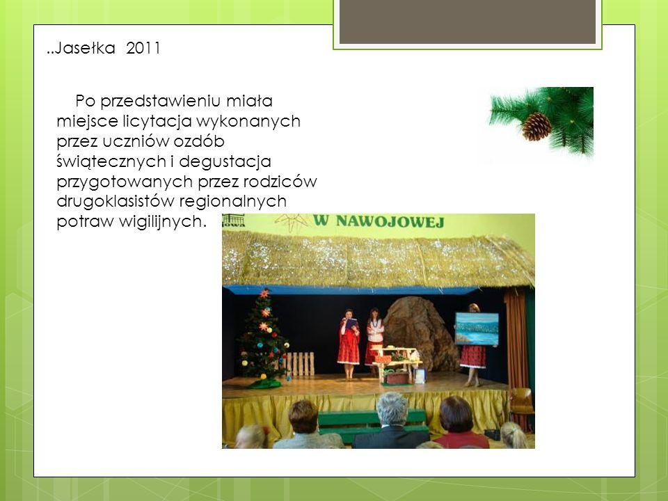 ..Jasełka 2011 Po przedstawieniu miała miejsce licytacja wykonanych przez uczniów ozdób świątecznych i degustacja przygotowanych przez rodziców drugok
