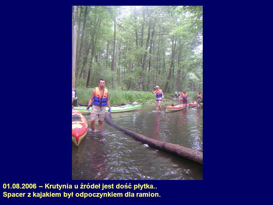 01.08.2006 – Krutynia u źródeł jest dość płytka.. Spacer z kajakiem był odpoczynkiem dla ramion.