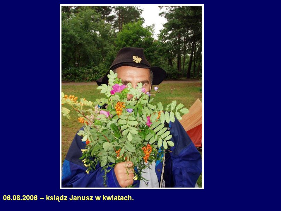 06.08.2006 – ksiądz Janusz w kwiatach.