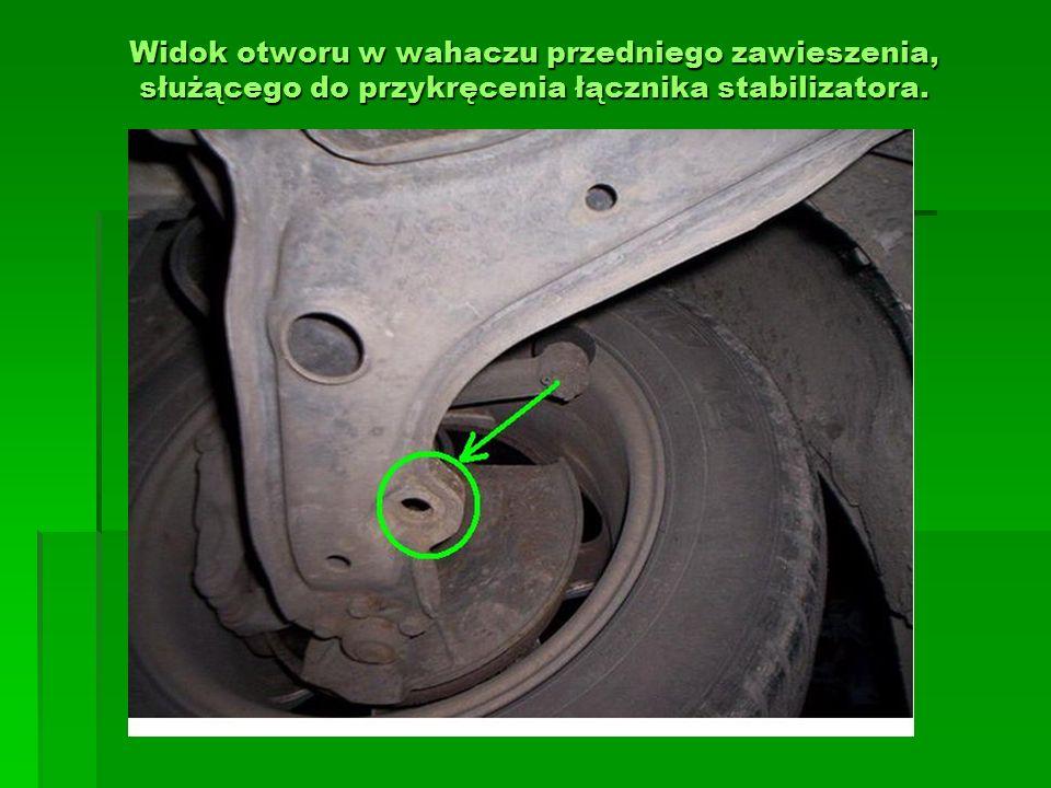 Widok otworu w wahaczu przedniego zawieszenia, służącego do przykręcenia łącznika stabilizatora.