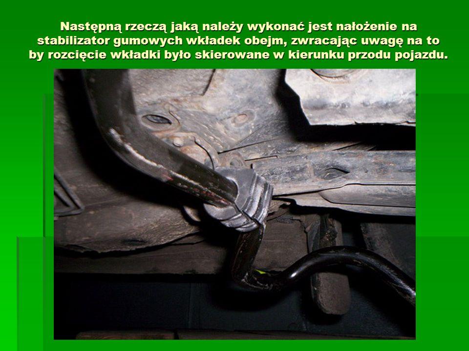Następną rzeczą jaką należy wykonać jest nałożenie na stabilizator gumowych wkładek obejm, zwracając uwagę na to by rozcięcie wkładki było skierowane