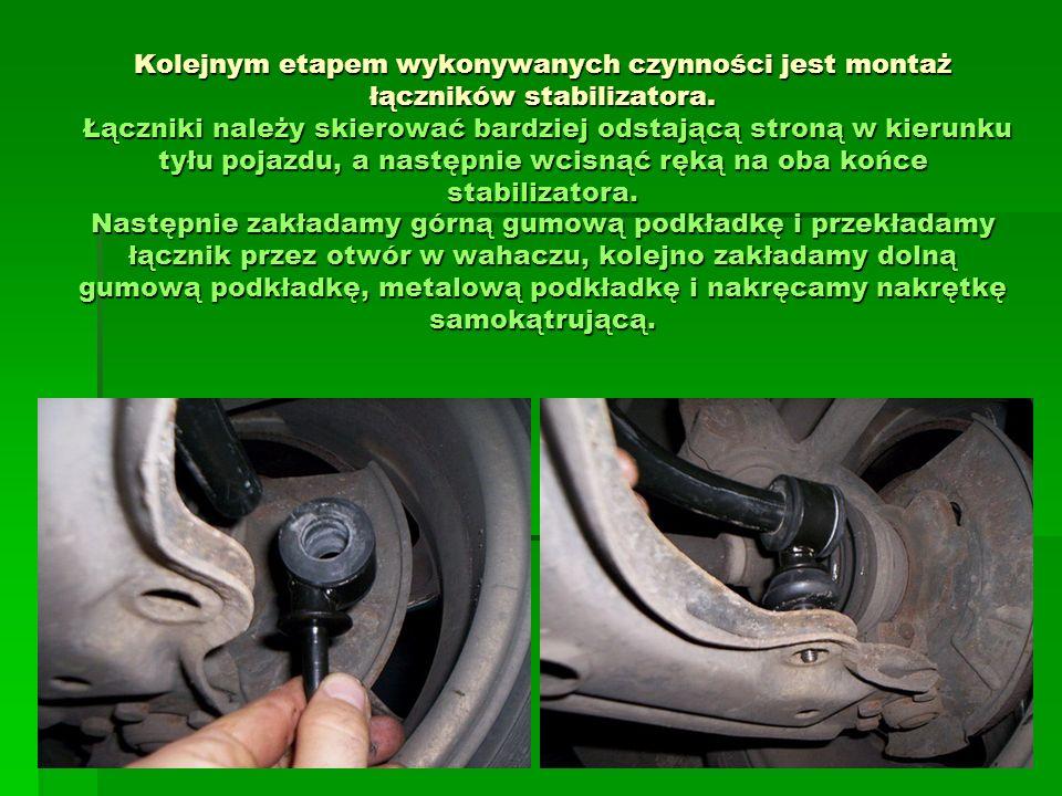 Kolejnym etapem wykonywanych czynności jest montaż łączników stabilizatora. Łączniki należy skierować bardziej odstającą stroną w kierunku tyłu pojazd