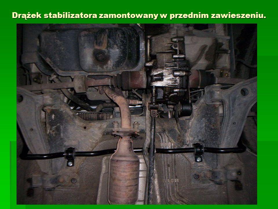 Drążek stabilizatora zamontowany w przednim zawieszeniu.