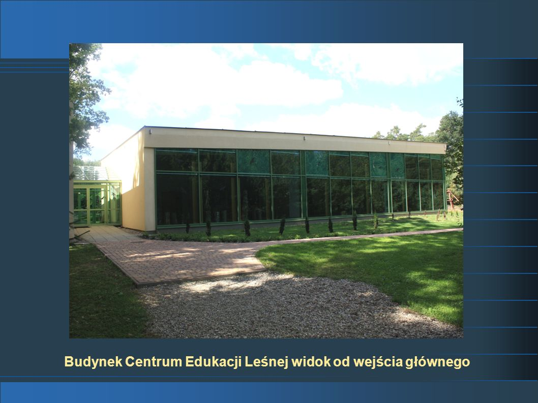 Budynek Centrum Edukacji Leśnej widok od wejścia głównego