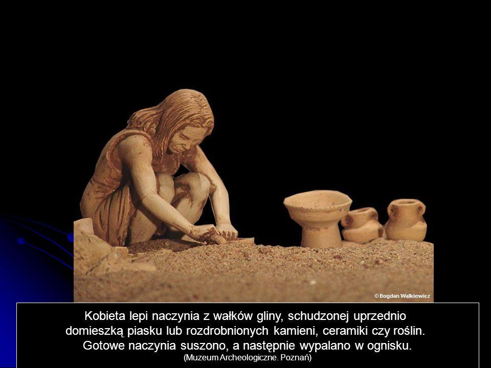 Kobieta lepi naczynia z wałków gliny, schudzonej uprzednio domieszką piasku lub rozdrobnionych kamieni, ceramiki czy roślin. Gotowe naczynia suszono,