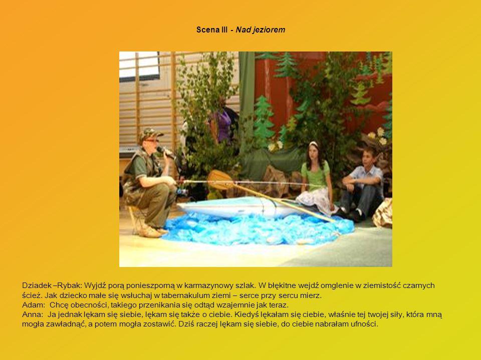 Scena III - Nad jeziorem Dziadek –Rybak: Wyjdź porą ponieszporną w karmazynowy szlak. W błękitne wejdź omglenie w ziemistość czarnych ścież. Jak dziec