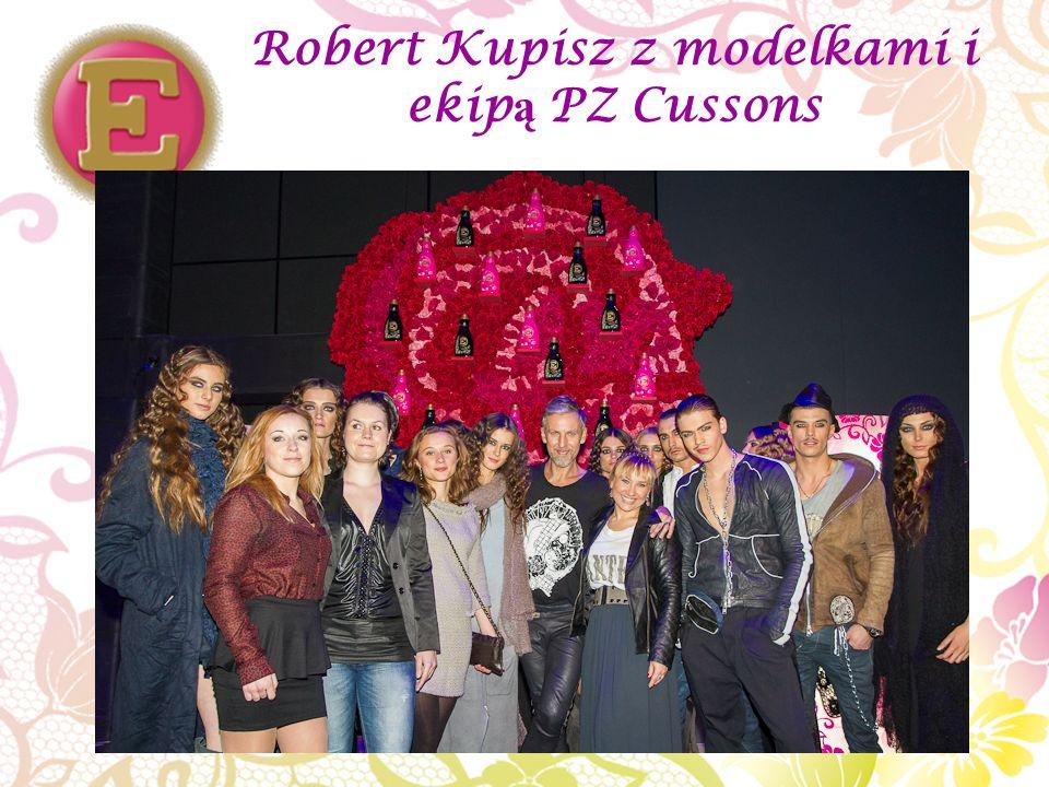 Robert Kupisz z modelkami i ekip ą PZ Cussons