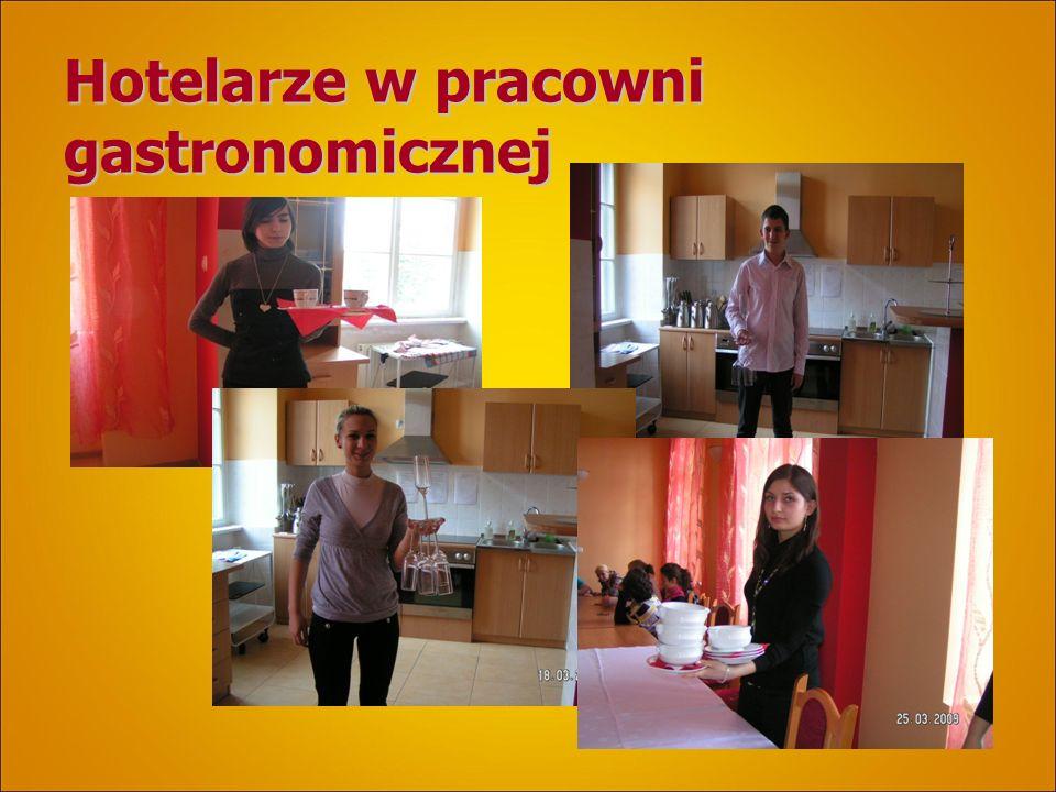 Hotelarze w pracowni gastronomicznej