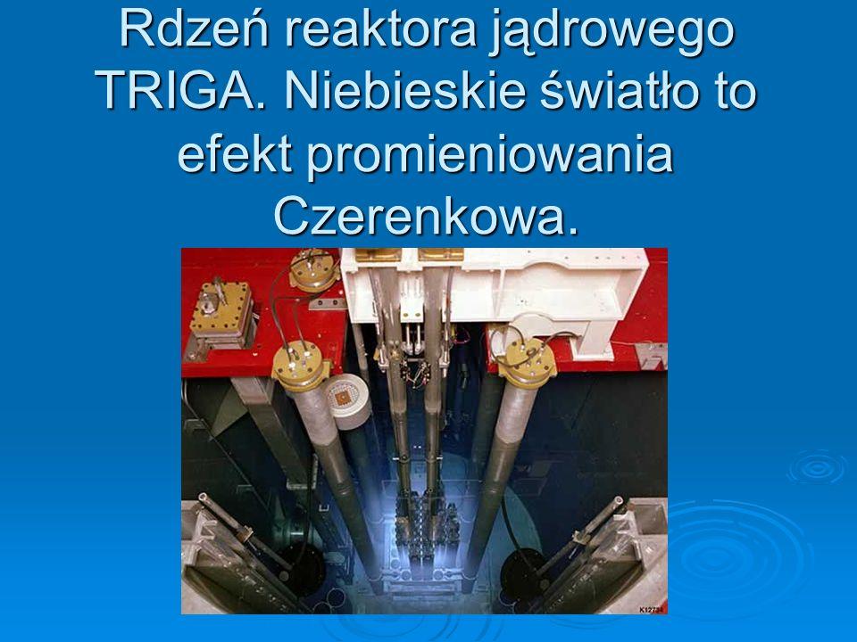 Rdzeń reaktora jądrowego TRIGA. Niebieskie światło to efekt promieniowania Czerenkowa.