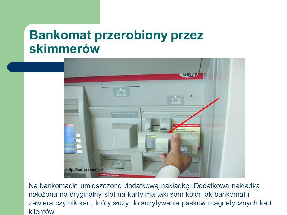 Bankomat przerobiony przez skimmerów Na bankomacie umieszczono dodatkową nakładkę. Dodatkowa nakładka nałożona na oryginalny slot na karty ma taki sam