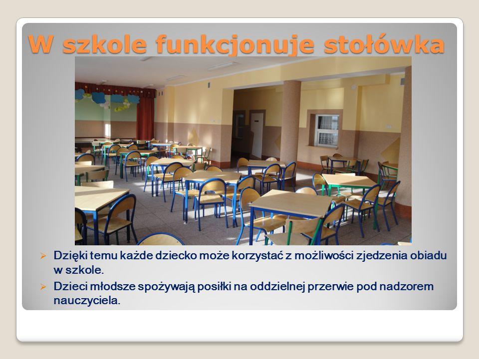 W szkole funkcjonuje stołówka Dzięki temu każde dziecko może korzystać z możliwości zjedzenia obiadu w szkole. Dzieci młodsze spożywają posiłki na odd