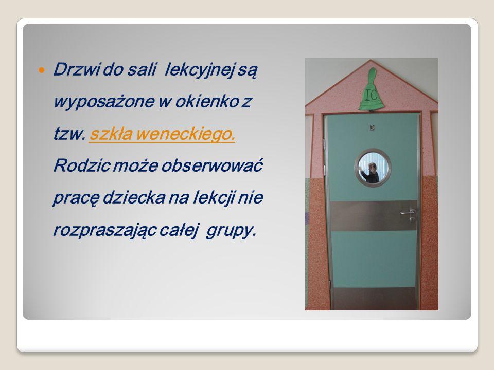 Drzwi do sali lekcyjnej są wyposażone w okienko z tzw. szkła weneckiego. Rodzic może obserwować pracę dziecka na lekcji nie rozpraszając całej grupy.