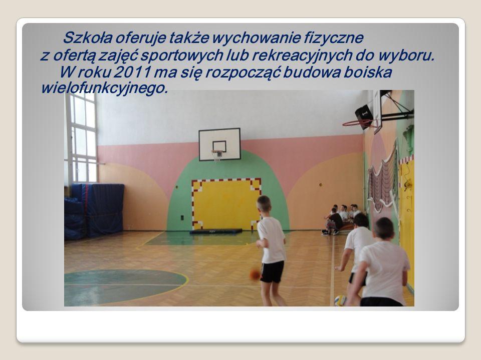 Szkoła oferuje także wychowanie fizyczne z ofertą zajęć sportowych lub rekreacyjnych do wyboru. W roku 2011 ma się rozpocząć budowa boiska wielofunkcy