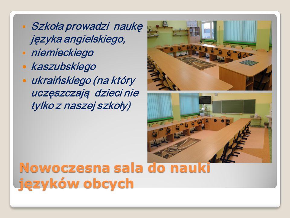 Szkoła prowadzi naukę języka angielskiego, niemieckiego kaszubskiego ukraińskiego (na który uczęszczają dzieci nie tylko z naszej szkoły) Nowoczesna s