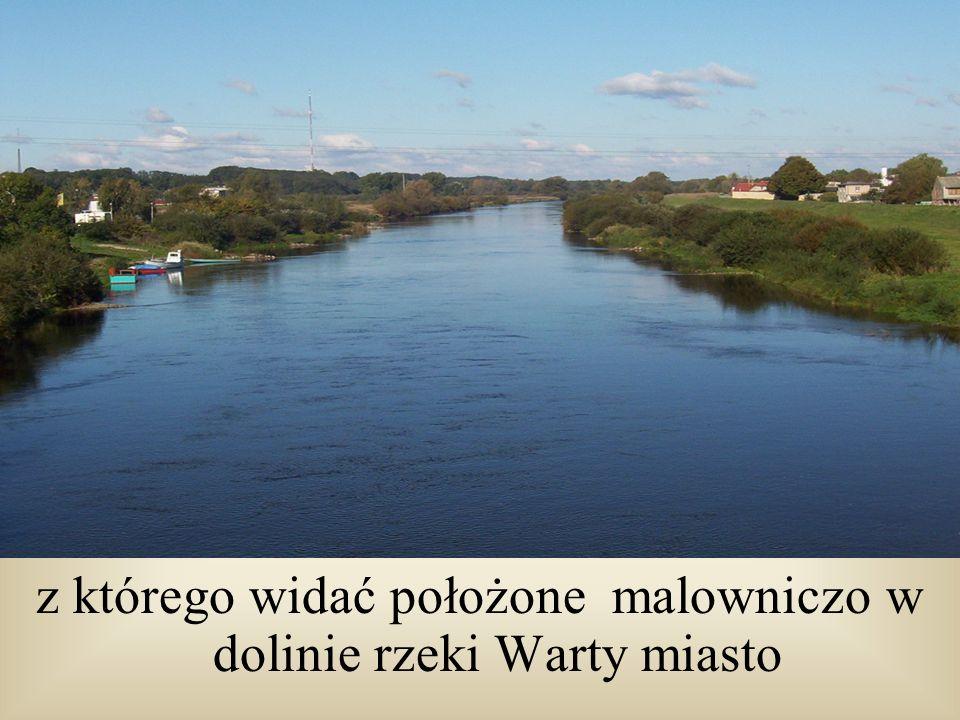 z którego widać położone malowniczo w dolinie rzeki Warty miasto