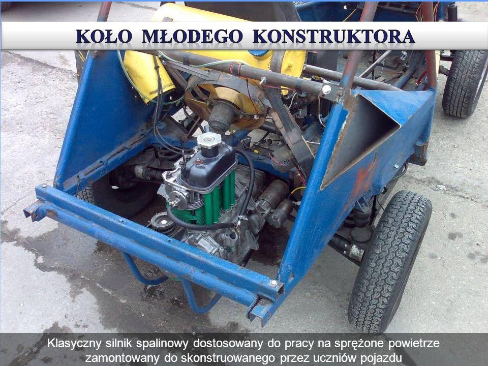 Klasyczny silnik spalinowy dostosowany do pracy na sprężone powietrze zamontowany do skonstruowanego przez uczniów pojazdu